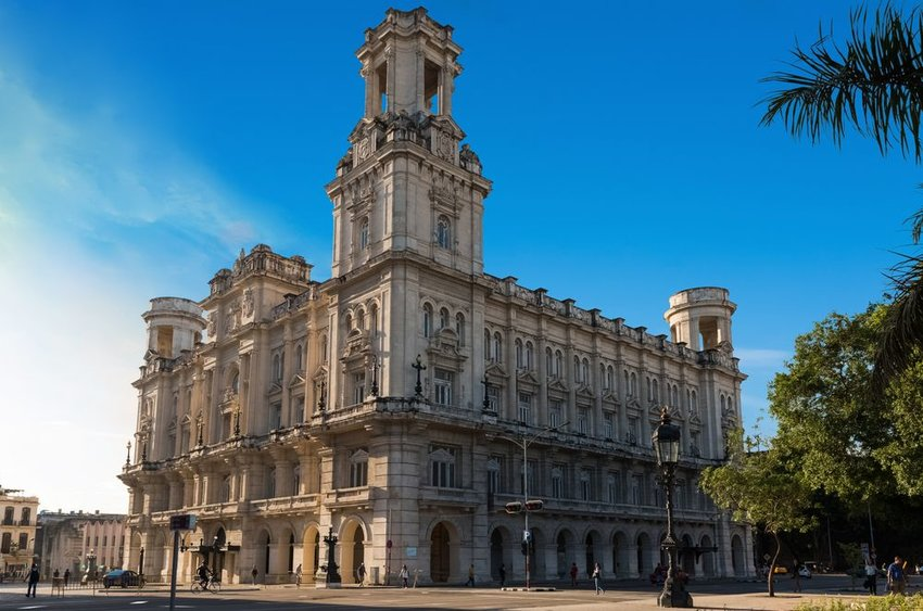 Photo of the Museo Nacional de Bellas Artes with a blue sky in the background