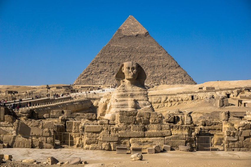 Photo the Sphinx and a pyramid in Egypt