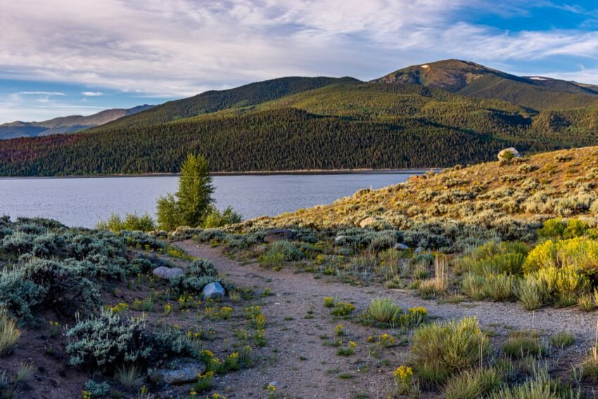 mountains and hills around Twin Lakes Reservoir, Colorado / USA.